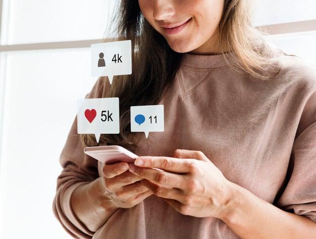 mujer-usando-telefono-inteligente-conecpt-redes-sociales_53876-40967
